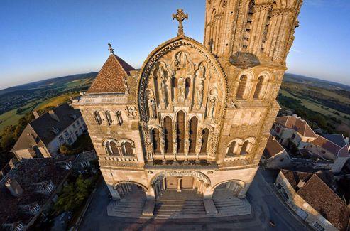 La façade ouest: le tympa central fut sculpté en 1856, lors de la restauration de la basilique. Le pignon est du XIIIe siècle.
