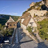 Maisons médiévales et portes fortifiées font le charme des rues de ce village parmi les plus visités de France.