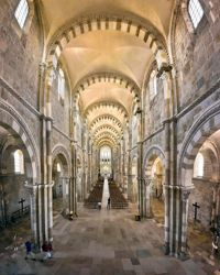 Les arcs en plein cintre de la nef (62,50 m de long, 18,55 m de haut) sont constitués de pierre blanche et brune.