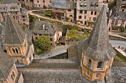 Les toits de schiste argenté du village, situé sur le versant ensoleillé, à l'abris du vent du nord.