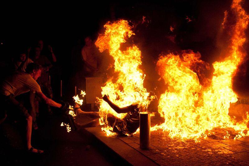 <strong>Torche humaine.</strong> Un manifestant, Moshe Silman, a tenté samedi soir de s'immoler par le feu, au cours d'une marche de protestation sociale à Tel-Aviv. Il a été hospitalisé pour des brûlures profondes et se trouvait encore dimanche dans un état critique. «Il a laissé dans la rue des photocopies d'une lettre qu'il a lue avant de s'immoler. Pour nous c'est une tentative de suicide» a déclaré la porte-parole de la police. «L'État d'Israël m'a volé et m'a laissé sans rien», peut-on lire dans la lettre. «J'accuse Israël, (le premier ministre) Benjamin Netanyahu et (le ministre des Finances) Youval Steinitz pour l'humiliation constante que les citoyens d'Israël doivent endurer quotidiennement. Ils prennent aux pauvres pour donner aux riches», poursuit le texte. <strong></strong>