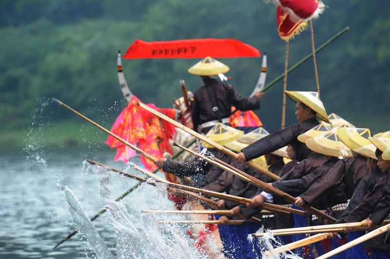 <strong>Dragons en fête. </strong>La fête des bateaux-dragons est une célébration chinoise, originaire de la province du Guizhou, qui marque l'entrée dans les chaleurs de l'été. Elle a lieu le cinquième jour du cinquième mois lunaire dans le calendrier chinois, correspondant cette année au 14 juillet dans le calendrier grégorien. Ce festival traditionnel, l'un des plus importants, célèbre la culture antique chinoise. «Le festival du bateau-dragon» a été inscrit en 2009 par l'UNESCO sur la liste représentative du patrimoine culturel immatériel de l'humanité.