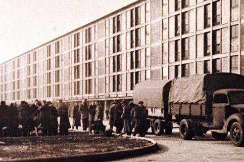 Arrivée de personnes arrêtées lors de la rafle du Vél d'Hiv' des 16 et 17 juillet 1942, au camp de Drancy. Crédits photo: Préfecture de police