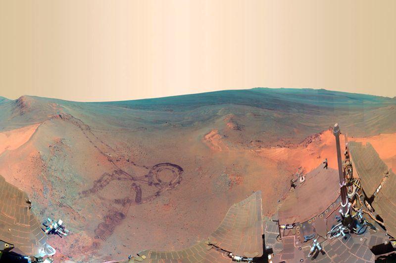 <strong>Le rouge est mis.</strong> Spectaculaire, cette vue ferait pâlir la plupart des réalisateurs des grands films de sciencefiction. Loin du rêve inaccessible hollywoodien, voici… Mars! Ce panorama inédit, composé de quelque 817 images prises entre décembre 2011 et juin 2012, a été réalisé par le robot à énergie solaire Opportunity de la Nasa. Un travail de longue haleine pour ce véhicule, présent sur Mars depuis 2004 au côté de son jumeau Spirit. Au centre de l'image, on a perçoit un serpentin noir: ce sont les traces laissées par le «droïde». Le 5 août prochain, un nouveau module d'exploration, Curiosity, rejoindra Mars pour poursuivre la mission. Une nouvelle raison de penser que la planète rouge, fantasme de tous les astronomes, n'est plus qu'à portée de roue.