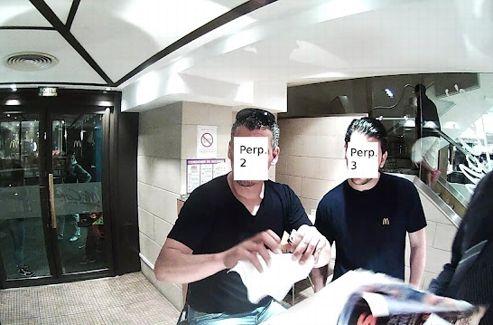 Les employés du restaurant en train de déchirer le justificatif médical de Steve Mann, qui les aurait pris en photo. Crédits photo: capture d'écran blog de Steve Mann.