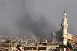 Cette image fournie par les opposants syriens montre de la fumée s'élever au-dessus de Damas.