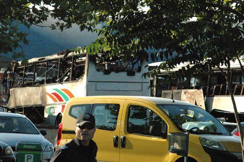 La violente explosion a endommagé plusieurs bus stationnés à proximité.