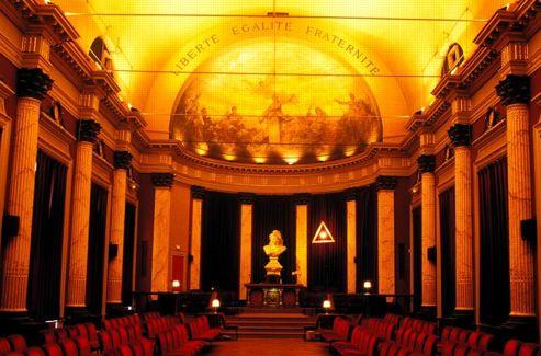 Dans le temple Groussier du Grand Orient, à Paris, la devise républicaine enracine cette obédience.