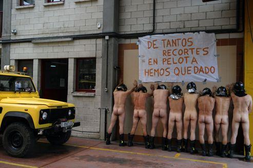 Huit pompiers de Mieres, une petite ville minière du nord de l'Espagne, ont posé nus sous une banderole, casques sur la tête et chaussures aux pieds, devant leur caserne pour protester contre la politique de rigueur du gouvernement.