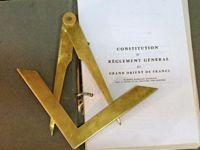 Le compas fait référence à l'impartialité et à la sagesse.