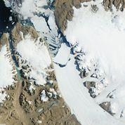 Un iceberg géant se détache d'un glacier