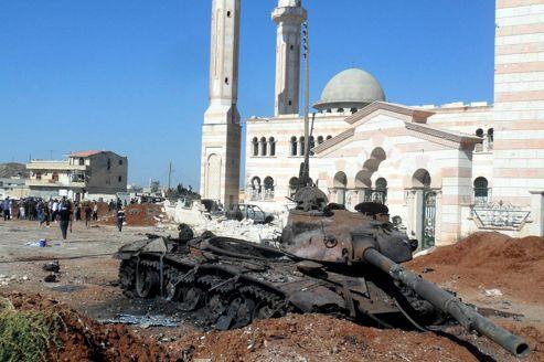 Un tank appartenant à l'armée gît dans une rue d'Alep, après un affrontement avec les rebelles syriens.