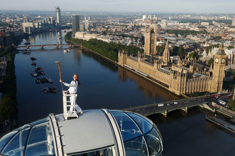 <strong>J-4. </strong>Ce dimanche, la flamme olympique a été portée haut dans le ciel de Londres dans une nacelle de la grande roue «London Eye», aux mains de la plus jeune skieuse à atteindre le pôle sud, Amelia Hempleman-Adams, 17 ans. Après des semaines d'introspection, de doute et de critiques sur le coût, la sécurité, les transports ou la météo, les Britanniques basculent dans l'excitation à l'approche de l'ouverture des Jeux olympiques de Londres. «Cela aura pris 70 jours» pour que la flamme atteigne ce vendredi prochain le stade olympique, et la ferveur est là, car «en plus, nous avons gagné le Tour de France», s'exclame le <i>Sunday Times</i>.