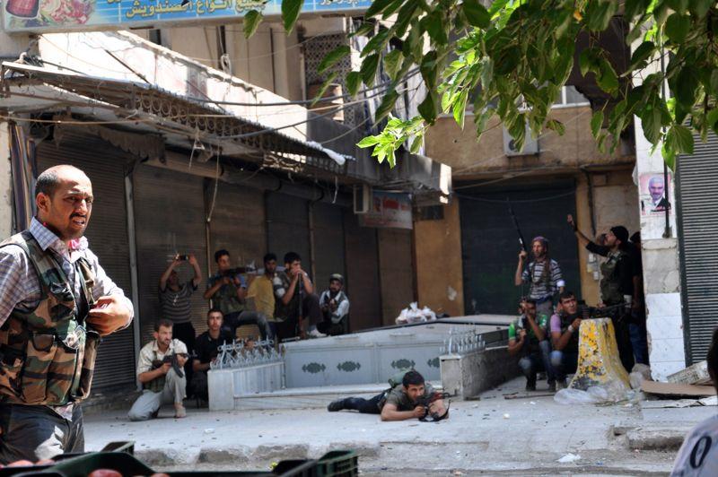 <strong>Syrie. </strong>À Alep, deuxième ville de Syrie, les forces gouvernementales préparent une offensive imminente. «Les forces spéciales se sont déployées (...) sur le flanc est de la ville et d'autres troupes sont arrivées en vue de participer à une contre-offensive généralisée vendredi ou samedi» à Alep, à indiqué à l'AFP une source de sécurité syrienne. Dans le même temps 1500 à 2000 rebelles sont arrivés de l'extérieur pour prêter main forte à quelque 2000 de leurs camarades, et sont déployés surtout dans les quartiers périphériques du sud et de l'est, d'après cette même source.