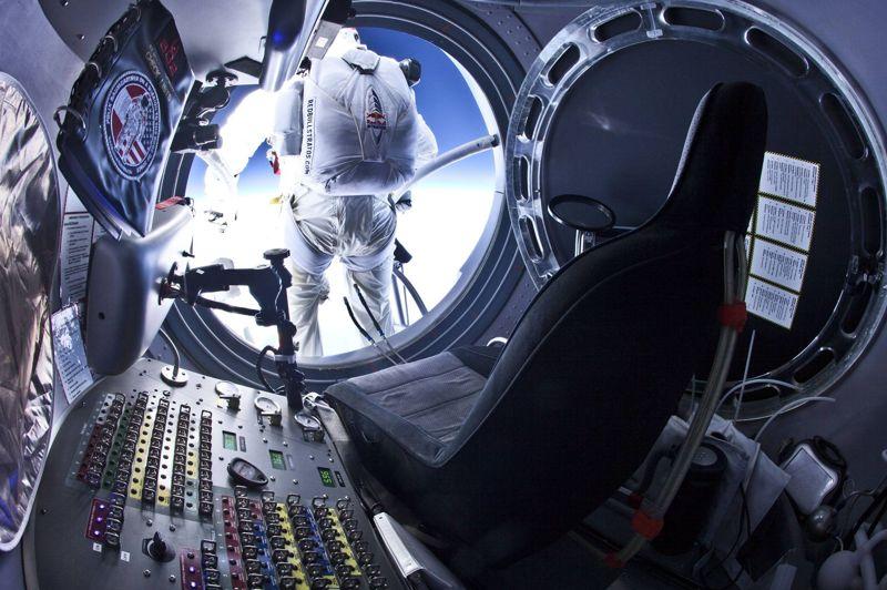 <strong>Trompe la mort.</strong> Ce n'est pas son premier saut, mais celui là, il s'en souviendra toute sa vie. Felix Baumgartner vêtu d'une combinaison pressurisée, est monté dans un ballon gonflé à l'hélium pour s'élever jusqu'aux couches extérieures de la stratosphère. Arrivé à l'altitude de 29.000 mètres, il a sauté du ballon pour effectuer une chute libre et atteindre la vitesse de 800 km/h avant d'ouvrir son parachute.
