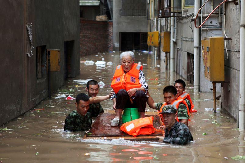 <strong>Sous les eaux. </strong>Lundi matin, deux jours après les pluies torrentielles qui ont fait au moins 37 morts et sept disparus, près de neuf millions de microblogueurs avaient fustigé l'absence de tout avertissement officiel et la vétusté du système d'évacuation des eaux qui a vite été submergé par l'ampleur du déluge sur la ville de Chongqig (sur la photo) et même sur la capitale chinoise, Pékin. L'ampleur des dégâts est considérable. Les pluies et inondations ont déjà provoqué des dommages s'élevant à 10 milliards de yuans (1,25 milliard d'euros) et près de 66.000 personnes ont dû être évacuées.