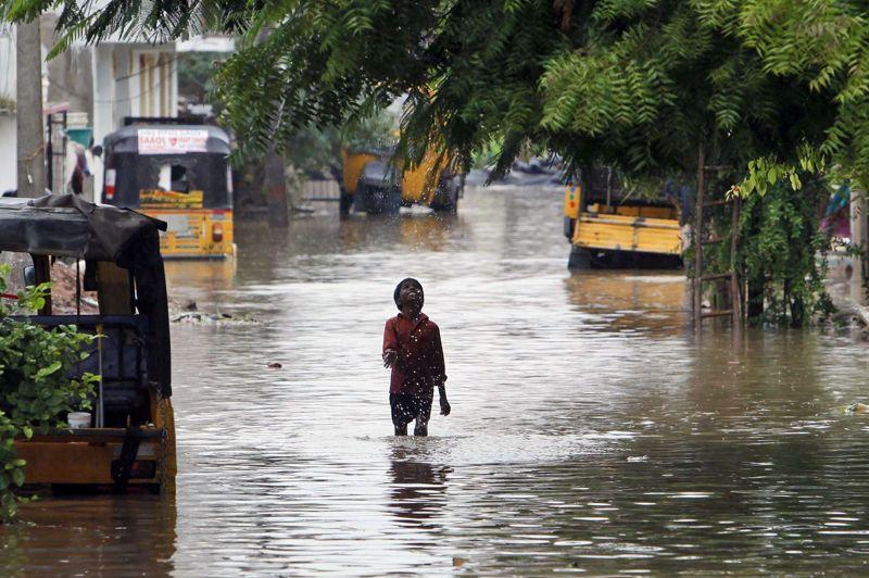 <strong>Inondée.</strong> Plus de 120 personnes sont mortes dans les inondations dues aux pluies saisonnières de la mousson dans le nord-est de l'Inde et six millions ont dû fuir leur maison, selon un nouveau bilan des autorités ce samedi. «Un total de 121 personnes sont mortes jusqu'à présent dans des incidents séparés. 105 d'entre elles se sont noyées en tentant d'échapper aux inondations et 16 autres sont mortes dans des glissements de terrain causés par les fortes pluies», ont indiqué les autorités locales dans un communiqué. La mousson, qui traverse le sous-continent indien de juin à septembre, est cruciale pour des millions de paysans, mais elle provoque chaque année des inondations meurtrières.