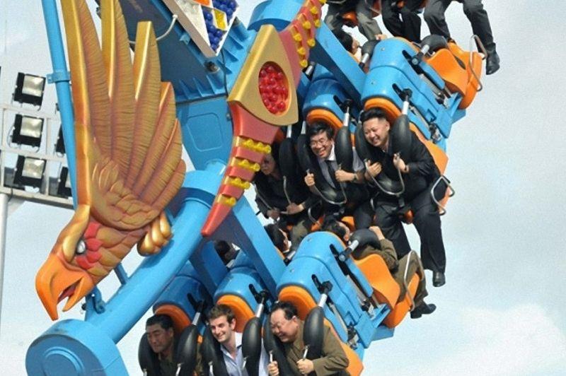 Selon le communiqué de presse officiel, des diplomates et des représentants d'organisations internationales ont été invités à l'inauguration du parc de loisirs du peuple de Rungna, «l'un des projets auquels tenait particulièrement le leader Kim Jong-Il». Sur les réseaux sociaux, <a href=''https://twitter.com/#!/search/realtime/kim%20jong%20un%20%20occidental'' target=''_blank''>on s'interroge sur l'identité du jeune occidental </a>en bas de la photo.