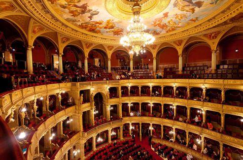 Une visite à l'Opéra de Budapest s'impose, parce qu'il est aussi beau que celui de Vienne, dont il reprend l'architecture, et aussi parce que sa troupe est excellente.