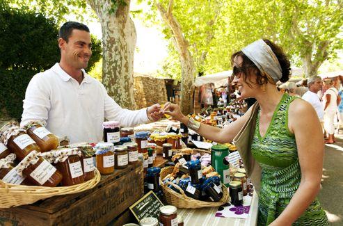 Le marché de Lourmarin perpétue la tradition d'un commerce ancestral. Les étals se succèdent exhibant des produits alléchants et, ici, allégés. Les confitures des frères Stocker sont toutes «maison», avec plus de vingt parfums et allégées en sucre.