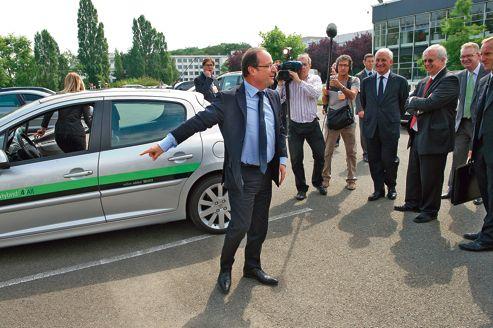 François Hollande lors de sa visite du centre de recherche de Valeo, vendredi, à La Verrière (Yvelines).