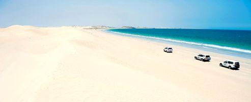 À l'est d'Oman, les dunes blanches de Ras Bintawt plongent dans la mer d'Arabie.