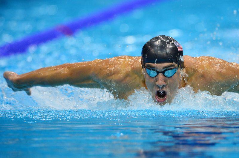<strong>Au firmament. </strong>Michael Phelps est entré dans la légende du sport en devenant mardi à Londres l'athlète le plus médaillé de l'histoire des Jeux olympiques grâce à l'or du relais 4x200 m libre, la 19e médaille de sa carrière pharaonique. Phelps était déjà, avant même cette soirée, considéré comme le plus grand nageur de l'histoire. Son aura s'étendra désormais bien au-delà de son sport. L'Américain de 27 ans s'est adjugé en moins d'une heure les deux médailles qui manquaient à son palmarès pour dépasser le total de récompenses olympiques (18) glanées par la gymnaste soviétique Larisa Latynina entre 1956 et 1964.