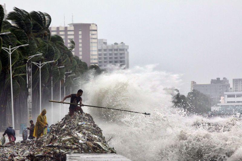 <strong>Vague de déchets.</strong> Du bout de sa longue canne, cet homme essaie de récupérer les nombreux déchets emportés par le typhon Saola, qui s'est abattu sur la capitale des Philippines, Manille. Saola a provoqué la mort de 23 personnes dans l'archipel. Il s'est ensuite abattu jeudi sur Taïwan, tuant au moins six personnes et paralysant la vie économique de l'île.