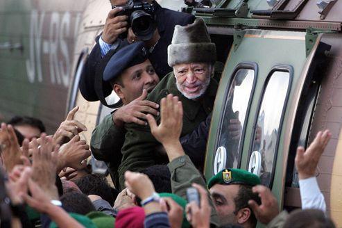 Yaser Arafat dit adieu à la foule lors de son départ en hélicoptère pour la France depuis son quartier général de Ramallah, le 29 octobre 2004. Le leader palestinien est décédé le 11 novembre 2004 à Paris, à l'âge de 75 ans.