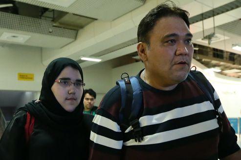 La judokate à son arrivée à Londres, accompagnée de son père.