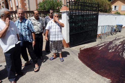 Des fidèles devant la mosquée profanée, mercredi à Montauban.