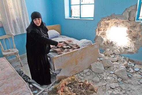 Sœur Vérone, du couvent Sednaya, montre aux journalistes une salle endommagée, attaquée par des tirs d'artillerie, à Sednya au nord de Damas.