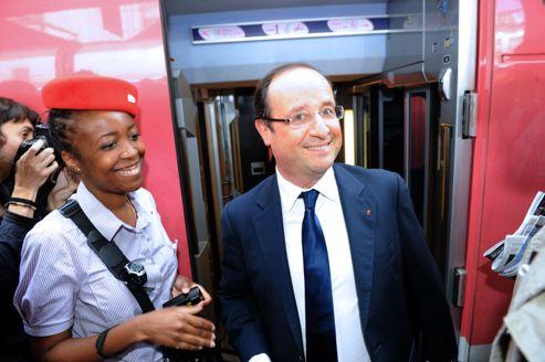 Le président François Hollande jeudi à la gare de Lyon, où il s'apprête à prendre un train pour rejoindre le fort de Brégançon pour ses vacances.