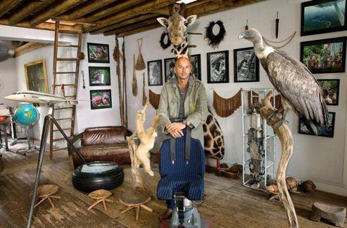 Bruno Ledoux dans son «salon des voyages», un espace personnel où des souvenirs d'expéditions lointaines côtoient des éléments du