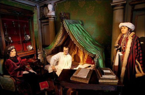 Les mannequins de cire de Napoléon Ier, de «Madame Mère» et de Roustan, devant la table de travail de la chambre de Sainte-Hélène.