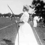 Eliza Pollock et son arc en 1907 lors d'un entraînemnt