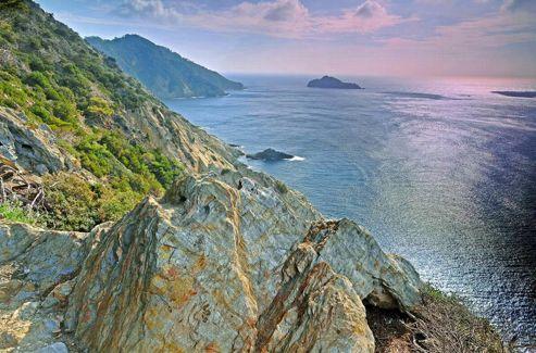 La pointe du Vallon de l'île de Port-Cros, auguste et abrupte.