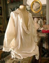 Un souvenir émouvant: la chemise que Louis XVI enleva la veille de périr sur l'échafaud, le 21 janvier 1793.