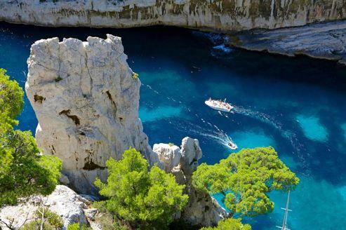 La calanque d'En-Vau, baignée d'eau turquoise, est l'une des plus spectaculaires et des plus reculées du massif.