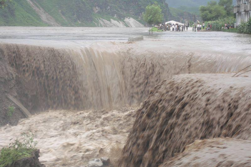 Après une longue période de sécheresse, des pluies diluviennes ont frappé le pays entre le 18 et le 24 juillet, puis le 29 et le 30. Selon un nouveau bilan publié samedi par l'agence officielle nord-coréenne, 169 personnes seraient mortes dans ces inondations impressionnantes. Dans la province de Pyongan-Sud (photo-ci-dessus), un responsable municipal de la communed'Anju a estimé qu'il s'agissait des pires dégâts de l'histoire de la ville.