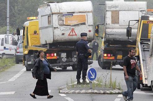 Les camions plateaux finissent d'évacuer les dernières caravanes du camp de Roms, situé entre Hellemmes et Villeneuve-d'Ascq.