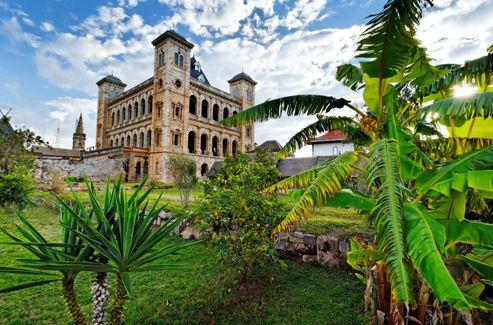 Incendié en 1995, le palais fortifié (Rova) fut le siège de la dynastie merina. En 1845, Jean Laborde participa à son aménagement.