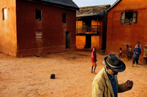 Village typique des hautes terres, au centre de l'île. Maisons en pisé à deux étages: le bétail en bas, les hommes en haut.