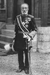 Le général Nogi devant sa maison, dans une photo non datée prise avant 1912. (domaine public)