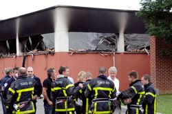 Une école primaire et un centre sportif ont été brûlés lors des affrontements.