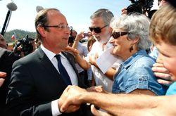 Après avoir rendu hommage aux deux gendarmes tuées, François Hollande s'est offert un rapide bain de foule.