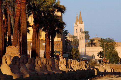 L'ancien dromos, une allée de 700 sphinx, qui reliait les temples de Louxor et de karnak, a été en partie reconstitué aux portes de la ville. Mais son tracé de 3 km provoque la colère de nombreux expropriés.