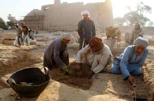 Le Ramesseum de l'ancienne Thèbes, rebaptisée Louxor, recèle aussi des trésors dans la partie où logeaient ses ouvriers. On y découvre des objets très anciens et des fragments de poterie.