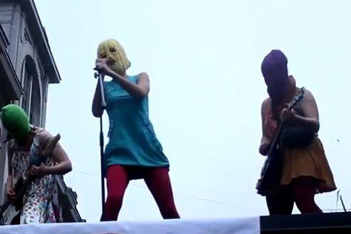 Capture d'écran des Pussy Riot en plein concert sauvage.