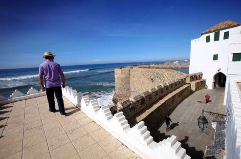 On longe la muraille et les bastions portugais, leurs meurtrières et leurs mâchicoulis, pour aboutir au palais Raïssouli.
